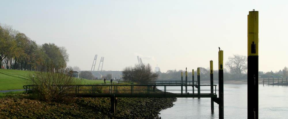 Weserufer in Bremen mit Weserstadion im Hintergrund
